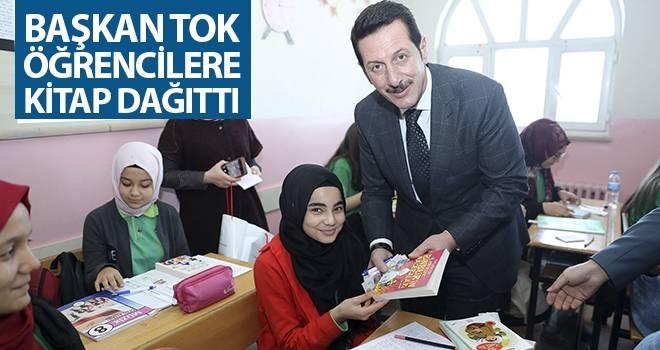 Başkan Tok Öğrencilere Kitap Dağıttı