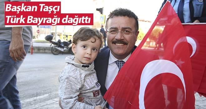 Başkan Taşçı, Türk Bayrağı dağıttı…