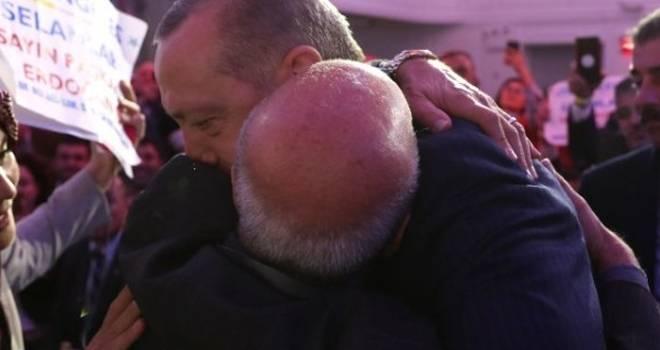 Başkan Erdoğan'ın boynuna sarılan Filistinli Ebubekir Serag: